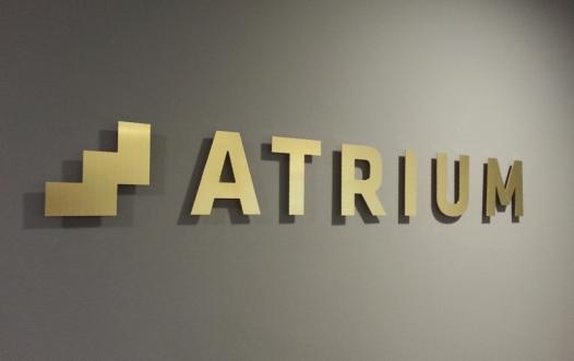 atrium partners fræsede messing bogstaver med afstand til væg
