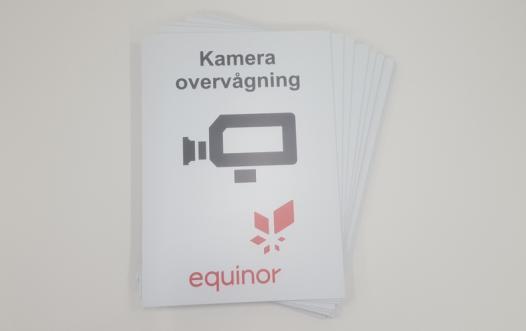 skilt med kameraovervågning