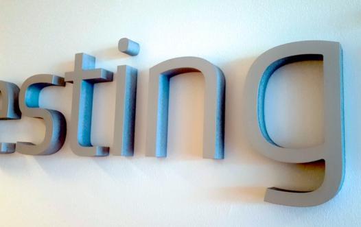 fræsede og lakerede bogstaver til indendørs brug