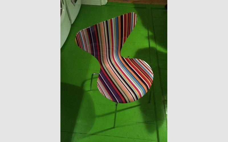 syver stol dekoreret med printet folie